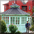 Садовый домик из дерева и стекла