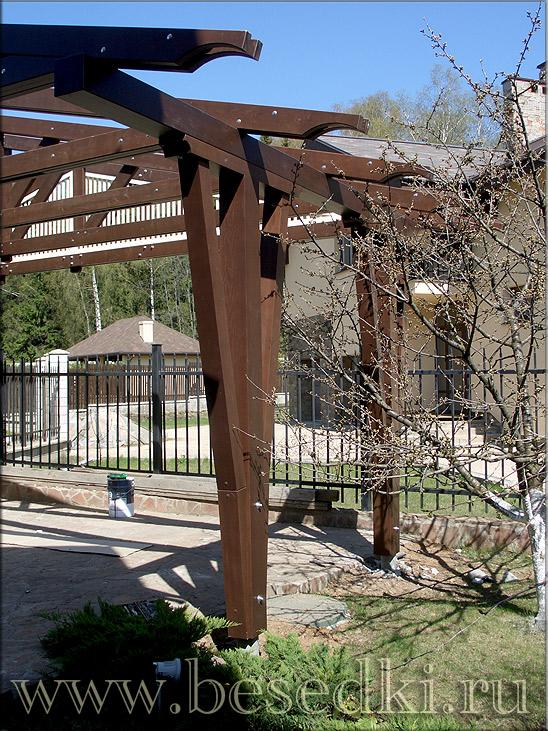 деревянные опоры навеса для нашины