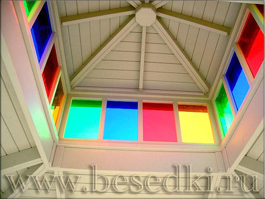 цветные стёкла в беседке