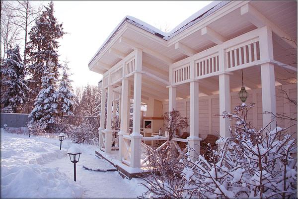 Деревяннфй козырёк - навес, павильон в саду зимой.